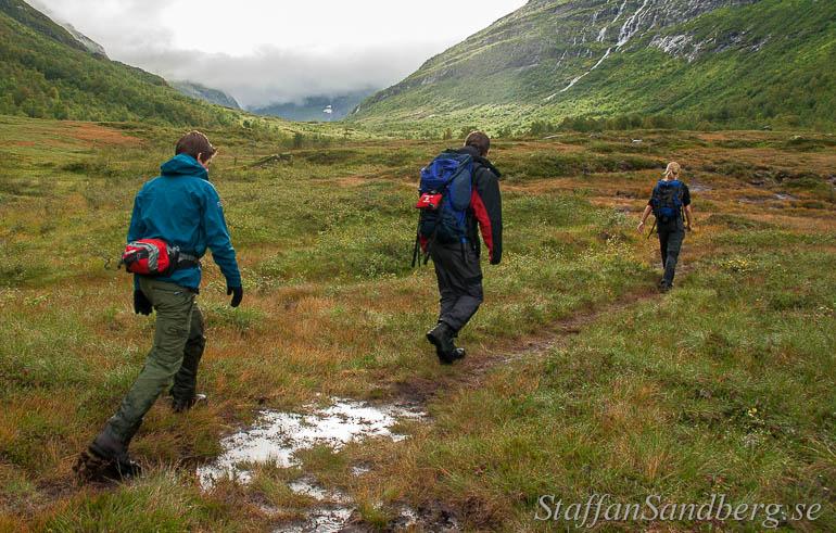 Grupp på vandring med vandringskängor.