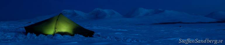 Tält på natten på fjället