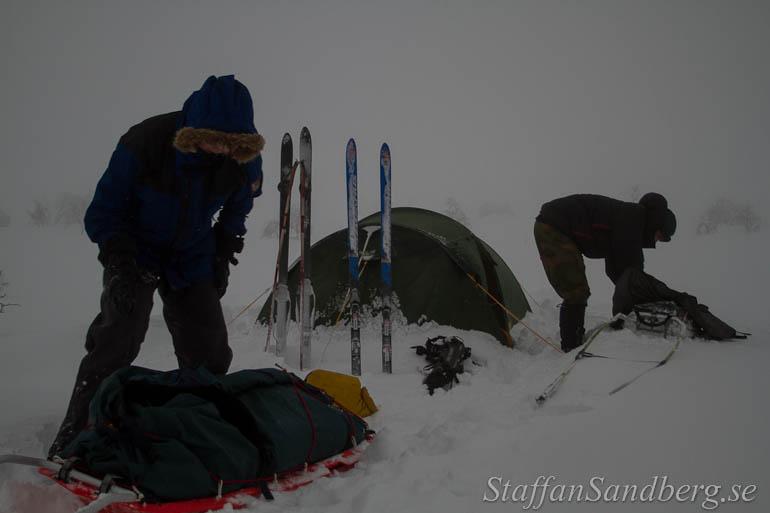 Ihoppackning av läger i hård vind.