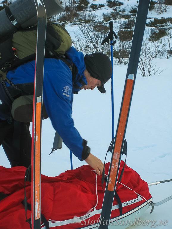 Med kickers, korta stighudar, under skidorna får man bättre fäste när man drar pulka än vad valla kan ge.