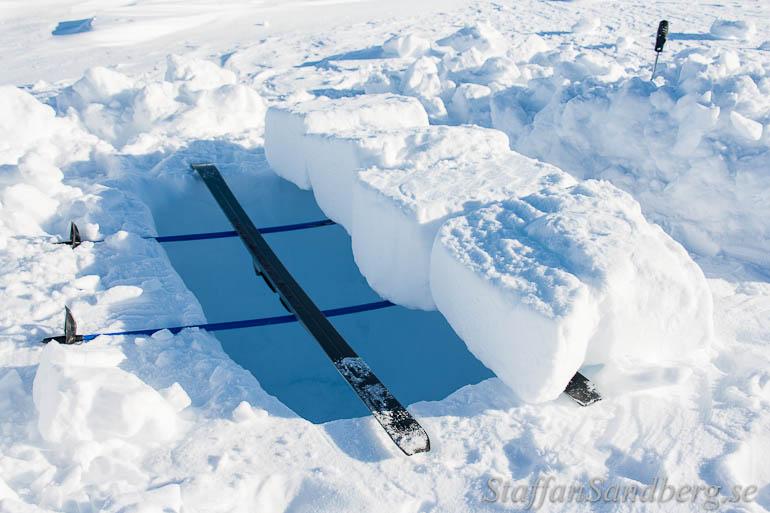 Snögrop med snöblock över.