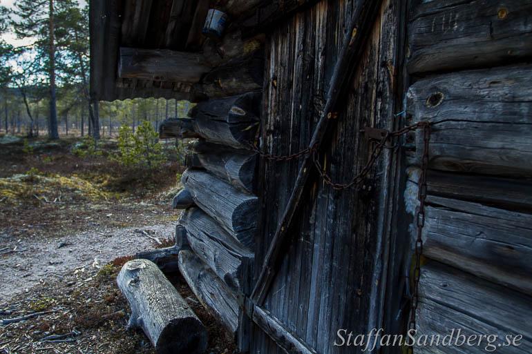 En kedja håller dörren stängd, men det är inget hänglås som håller vandrare ute. I Rendalen finns det många byggnader som är öppna för passerande, men det är först när man kommer fram som man vet om det är välisolerade hus med vedkamin eller fyra väggar som slutar en bit över golvet och hål i taket för att släppa ut röken.