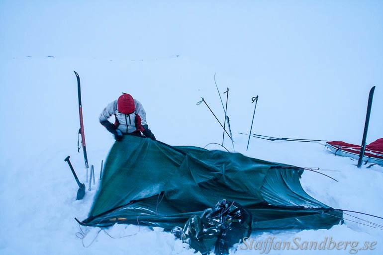 Ta ned tält i hård vind.