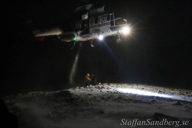 Helikopterräddning under en lavinövning.