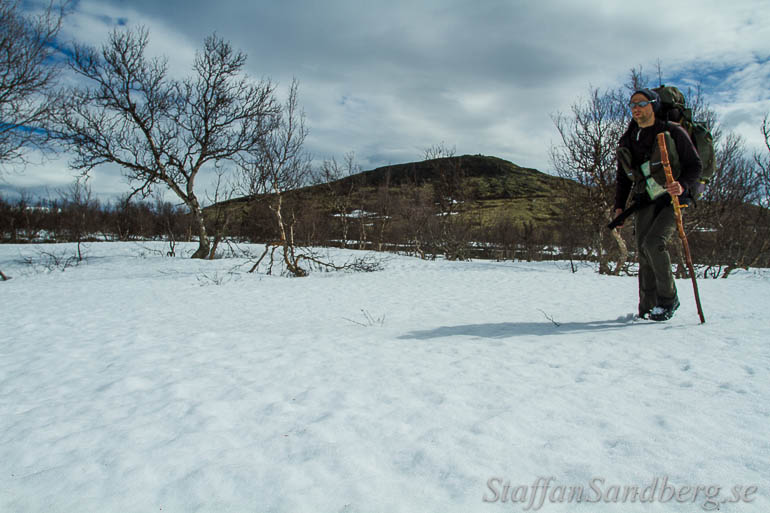 Vandrar på ett snöfält.