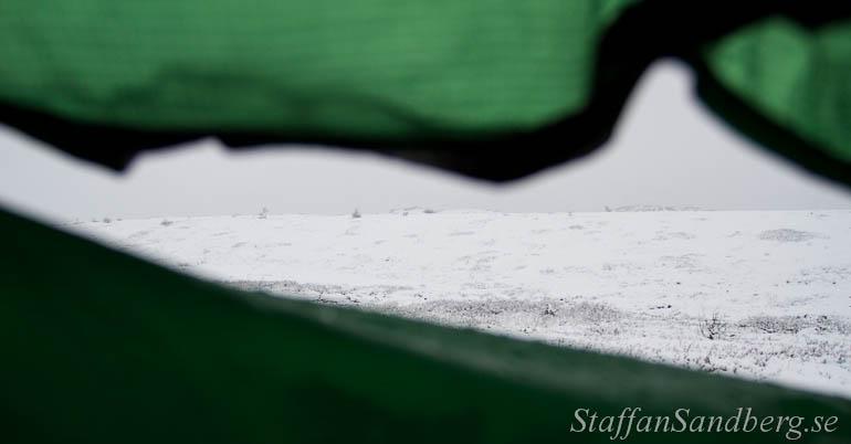Snö utanför tältet.