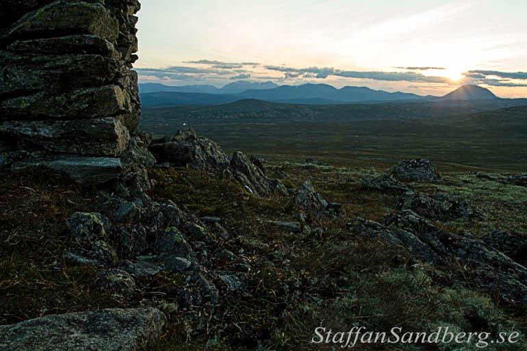 Stora kontraster mellan den ljusa himlen och mörka skuggor på stenar gör att man inte får med alla detaljer på samma exponering utan en bra kamera.