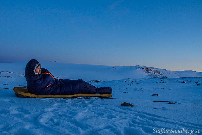 Sovsäck bland snö