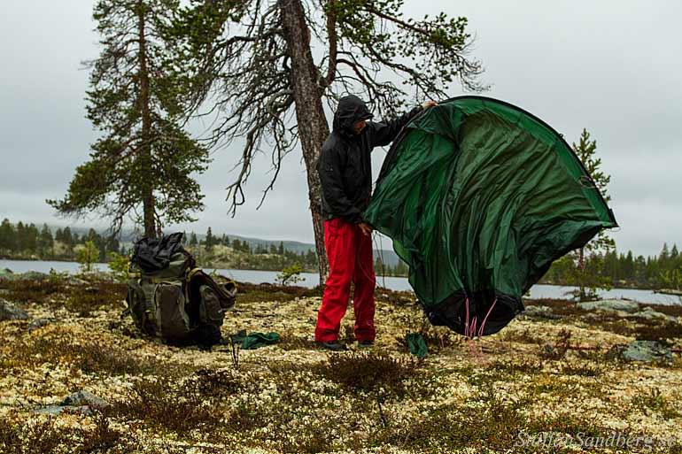 Uppsättning av tält i regn.